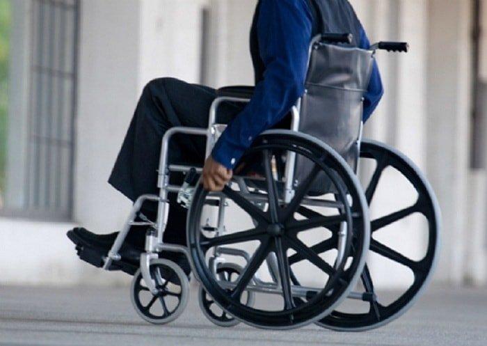 cách nhấc bánh xe lăn và đỡ người khuyết tật
