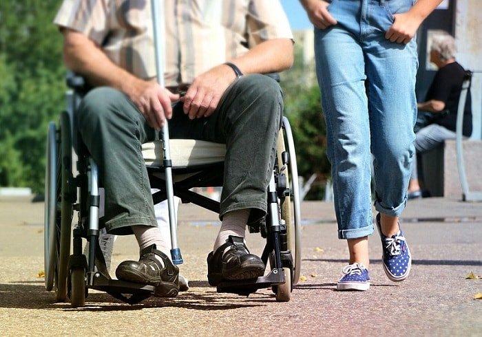 Cách hỗ trợ người khuyết tật di chuyển bằng  xe lăn