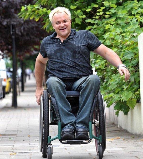 sử dụng xe lăn tay cho người khuyết tật