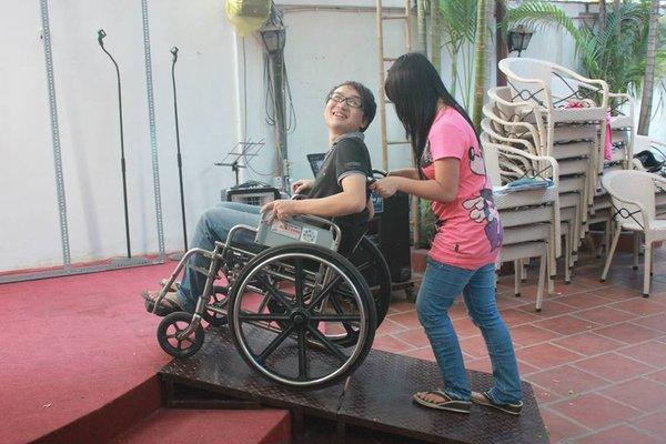 Kỹ năng đẩy xe lăn hỗ trợ di chuyển cho người khuyết tật