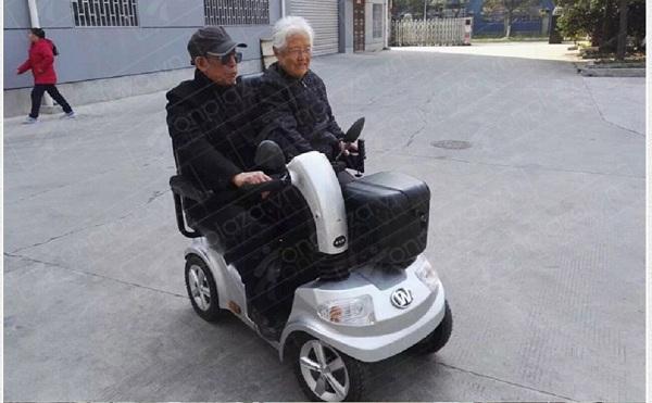 Người già điều khiển xe lăn điện