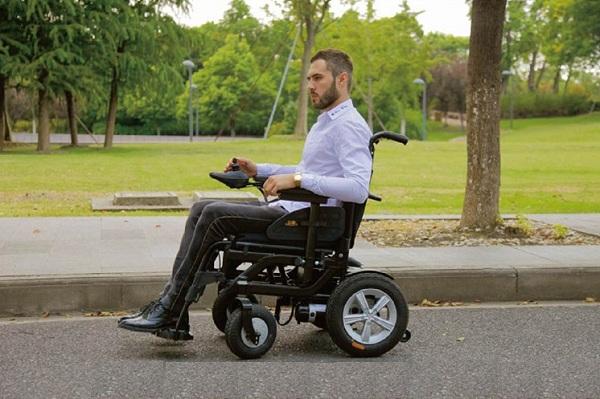 cách vận hành xe lăn điện cho người già