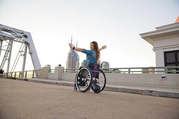 Xe lăn điện giúp bệnh nhân hòa nhập cộng đồng