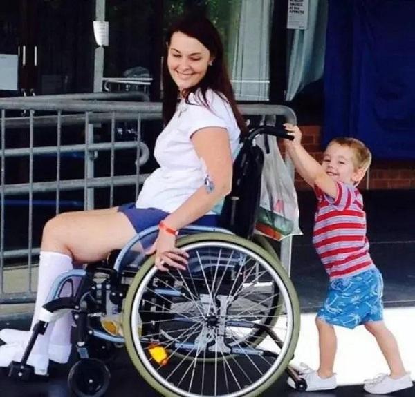 Xe lăn hỗ trớ đi lại cho người khuyết tật