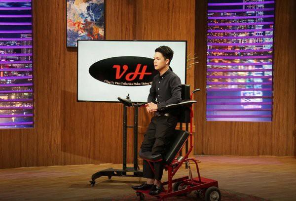 Xúc động trước ý tưởng sản xuất xe lăn điện của chàng trai có bố bại liệt tại Shark Tank